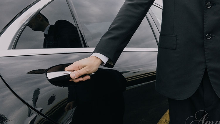 amp limousine vehicule avec chauffeur qui ouvre la porte