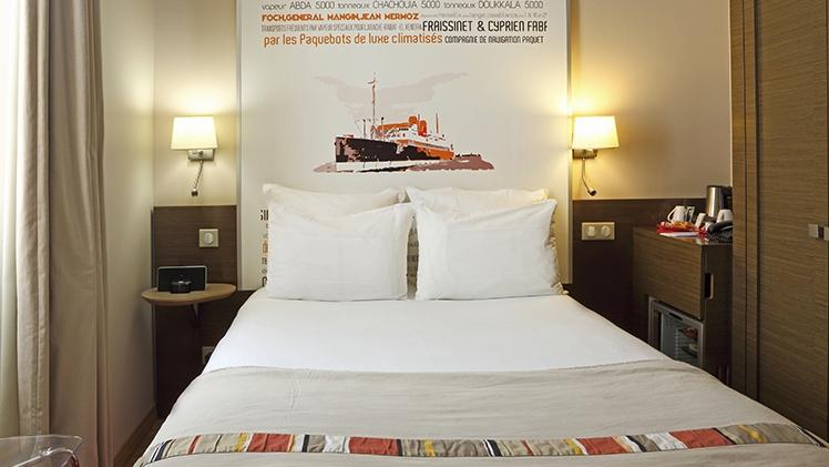chambre d'hotel lit double