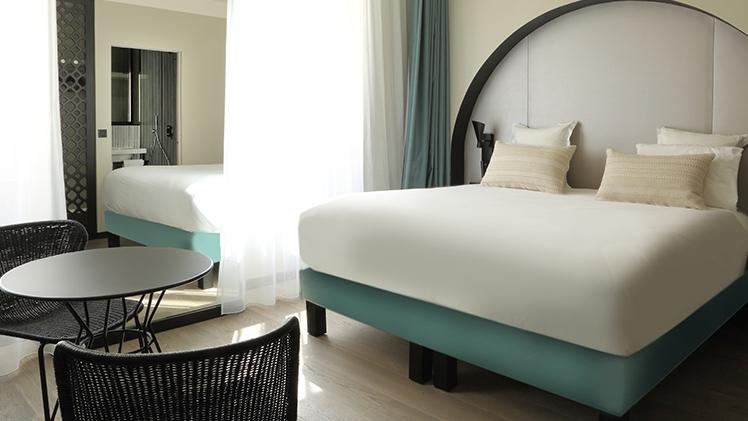 chambre d'hotel lit double et table de bureau