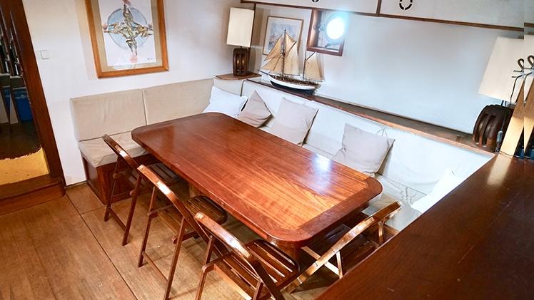 Don du Vent Intérieur du bateau, table en bois