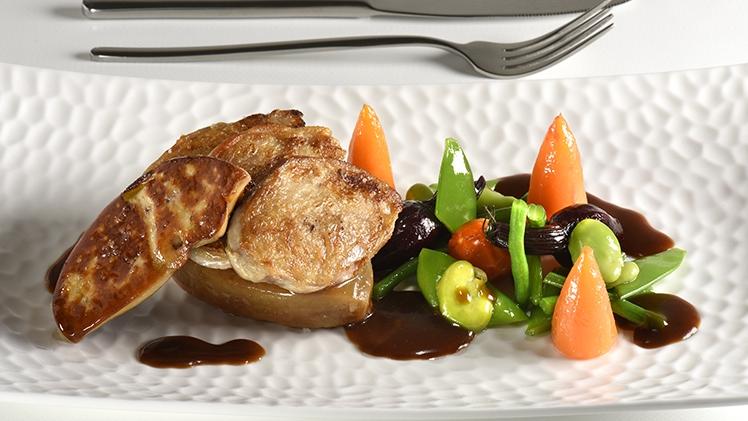 assiette de filet de caille roti et petits légumes du traiteur Meffre