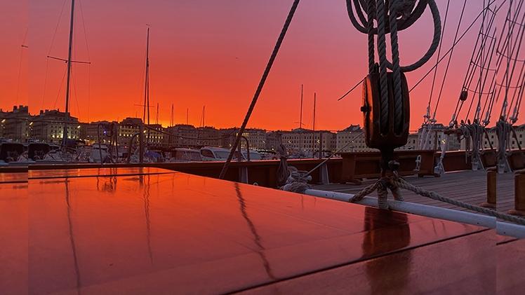 Le Don du vent vue sur le Vieux-port en soirée