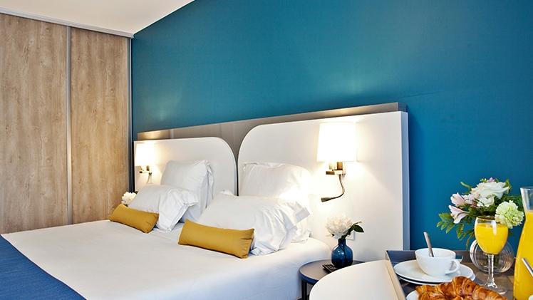 appartement chambre et lit bleu et jaune