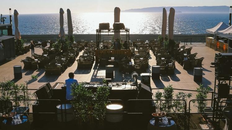 Rooftop salle seche avec mobilier