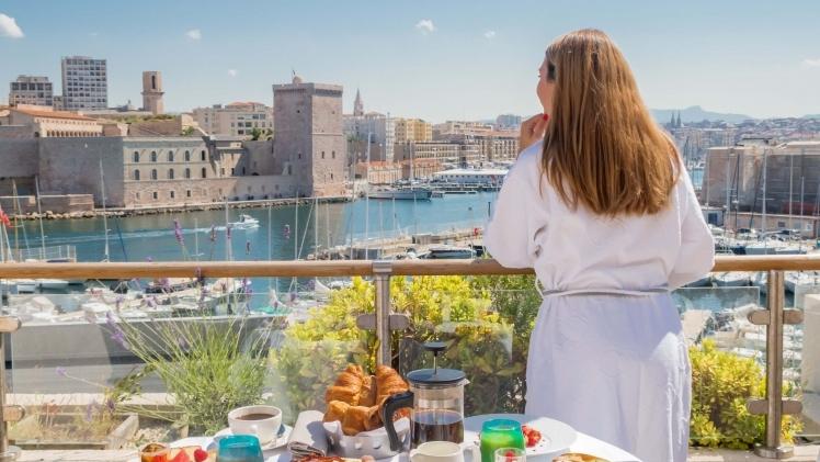 petit-dejeuner sur une terrasse au Sofitel Vieux-Port, vue sur le Vieux-Port