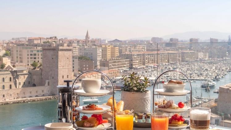 Table petit dejeuner Sofitel Vieux-Port, vue sur le Vieux-Port