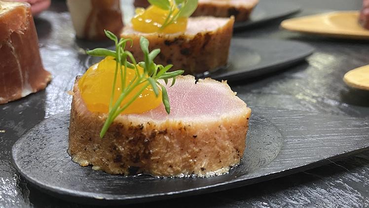 tataki de thon et vinaigrette à la mangue de Meffre Traiteur
